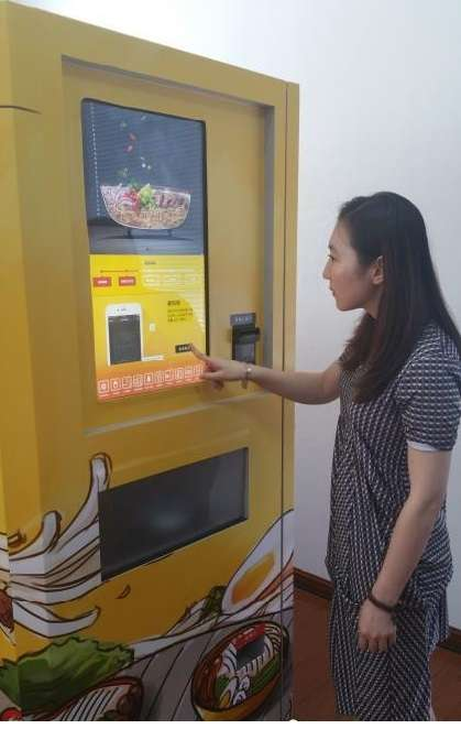 Hot noodles on demand: Vending machines have been dishing out cold stuff so far (Courtesy: Chinanews.com)