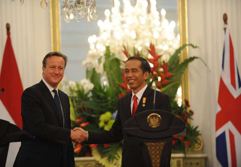 Indonesian President Joko Widodo with British Prime Minister David Cameron after a joint press conference at President Palace in Jakarta, Indonesia, July 27, 2015. David Cameron begins a tour of south-east Asia on Monday, in a trade-and-diplomacy mission designed to extend Britain's influence beyond the EU.