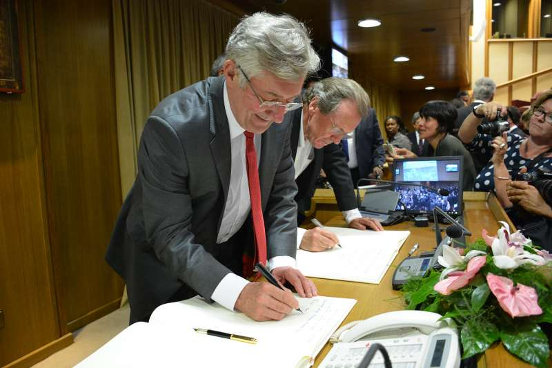 "Manchester Mayor Tony Lloyd  signing the declaration @Credit ""Pontifical Academy of Social Sciences"""