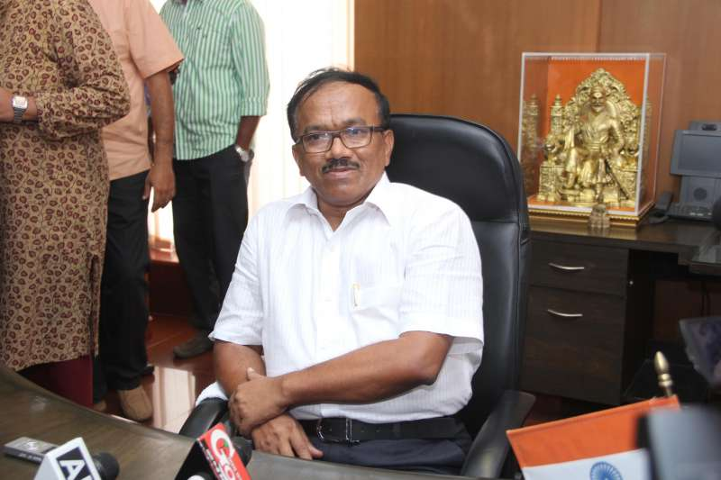 Laxmikant Parsekar assumes charge as the new chief minister of Goa in Porvorim, on Nov 11, 2014