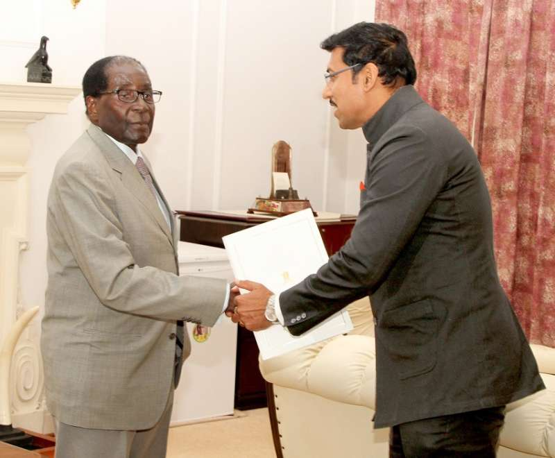 Minister of State for Information and Broadcasting, Col. Rajyavardhan Singh Rathore meets the President of the Republic of Zimbabwe Robert Gabriel Mugabe and extending an invitation to him for India-Africa Forum Summit (IAFS III), in Harare