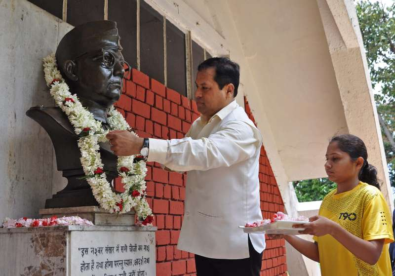 Union Minister of State for Youth Affairs and Sports, Govt. of India Sarbananda Sonowal pays tribute to Netaji Subhas Chandra Bose during the 32nd Diploma Award Ceremony 2014-15 at Sports Authority of India (SAI) in Kolkata