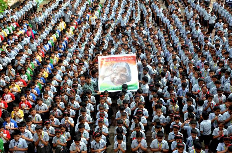 Children paying tribute to India's people's president Dr  APJ Abdul Kalam