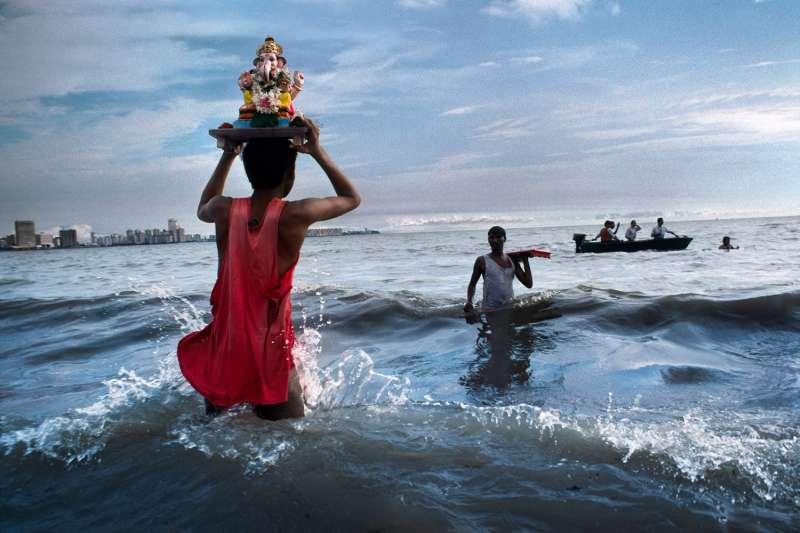 Ganesh idol immersion in Mumbai by Steve McCurry