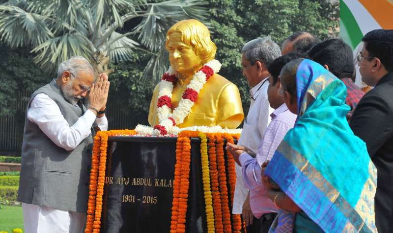 Prime Minister Narendra Modi paying homage at the bust of Dr. A.P.J. Abdul Kalam on his 84th birth anniversary, at DRDO Bhawan, in New Delhi