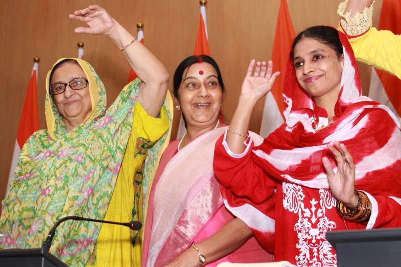 Mrs Bano with Idnian External Affairs Minister Sushma Swaraj and Geeta (File)