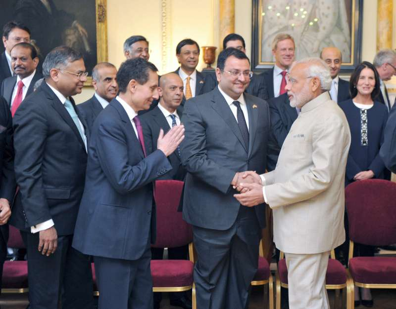 Modi meeting the CEOs at India-UK CEOs Forum, in London