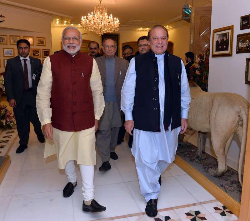 Modi meeting the Prime Minister of Pakistan, Mr. Nawaz Sharif, at Raiwind (File)