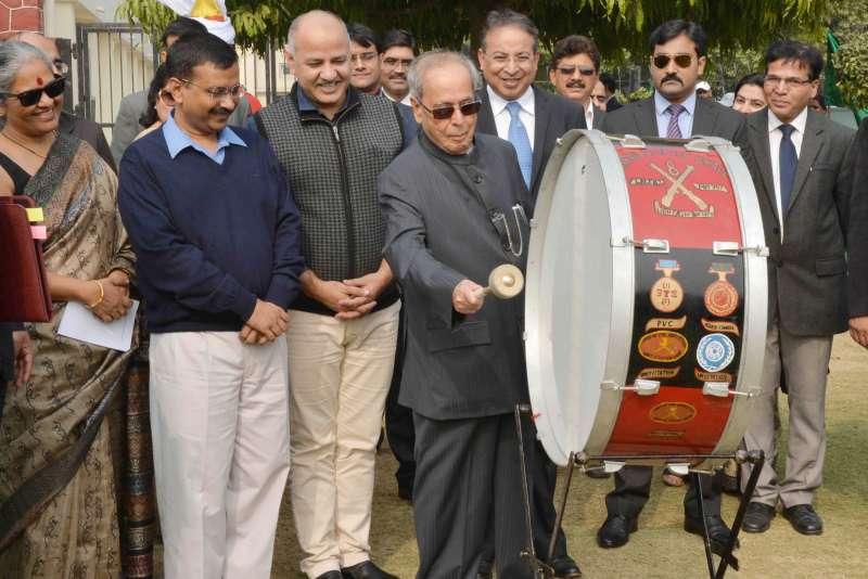 Indian President Pranab Mukherjee with Delhi Chief Minister Arvind Kerjriwal (File)