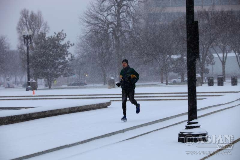 A man jogs near the Capitol in Washington D.C., the United States, Jan. 22, 2016. The U.S. capital city of Washington, D.C. on Friday nervously braced for a potentially historic winter storm, two days after botched response by local authorities to a snowfall paralyzed the whole town