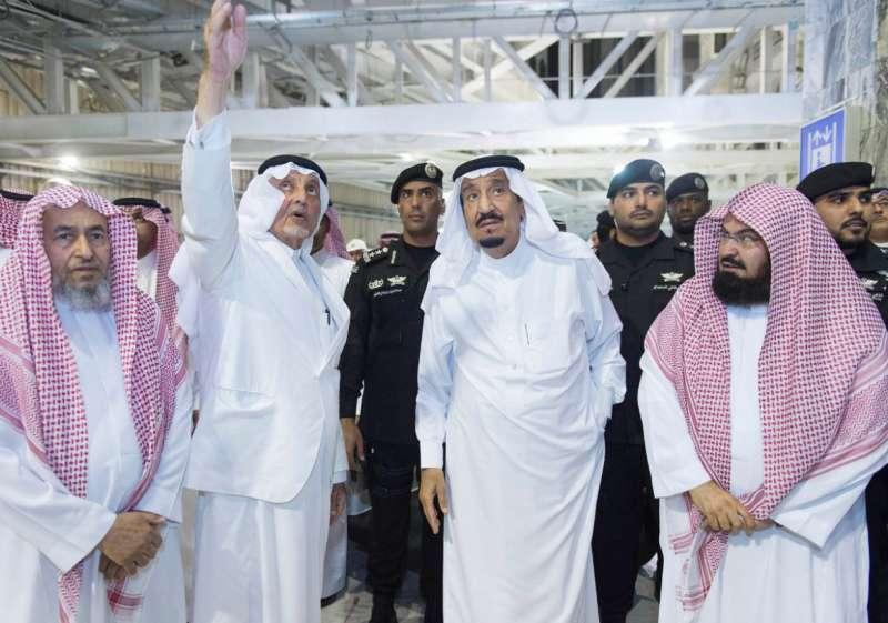 Saudi King Salman bin Abdullaziz (C) visits the site where a crane fell inside the Grand Mosque in Saudi Arabia's holy Muslim city of Mecca (File)