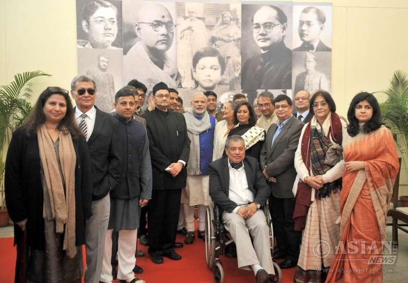 Prime Minister Narendra Modi with the family members of Netaji at the National Archives, in New Delhi