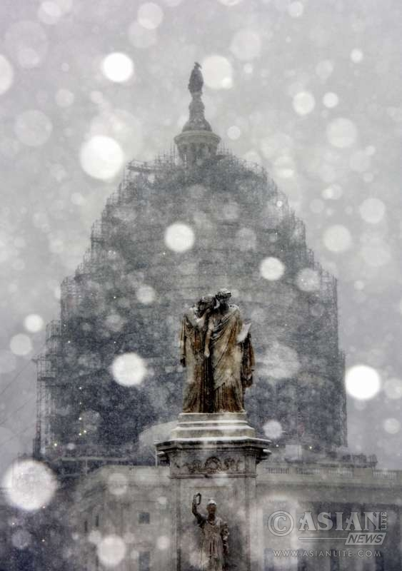 The Capitol and a statue are seen in snow in Washington D.C., the United States, Jan. 22, 2016. The U.S. capital city of Washington, D.C. on Friday nervously braced for a potentially historic winter storm, two days after botched response by local authorities to a snowfall paralyzed the whole town.