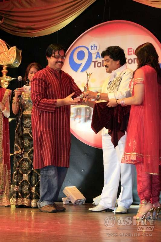 Rajesh Raman receives award from MG Sreekumar