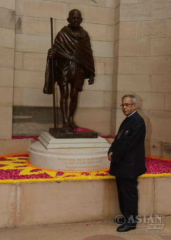 Indian President Pranab Mukherjee pays tribute to Gandhiji