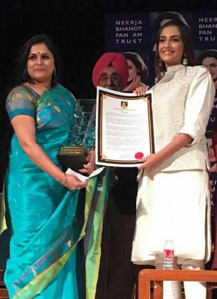Martyr-Lt-CL-Vasanth's-wife-Suhasini-Vasanth-received-the-award.