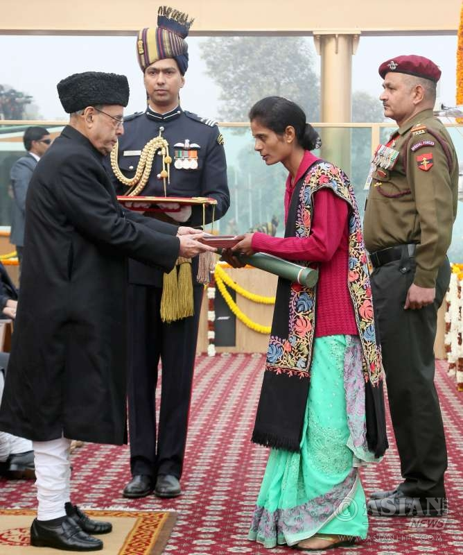 Pranab Mukherjee giving away the highest gallantry award Ashok Chakra to Lance Naik Mohan Nath Goswami of 9 Para (Special Forces) posthumously, the award received by his wife Smt. Bhawana Goswami,