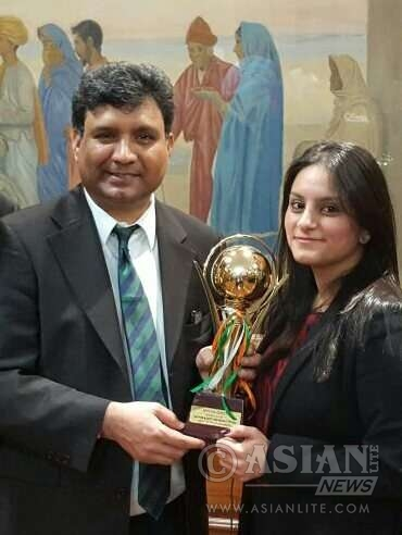 Sanam Arora receives the award from Dr Virander Paul