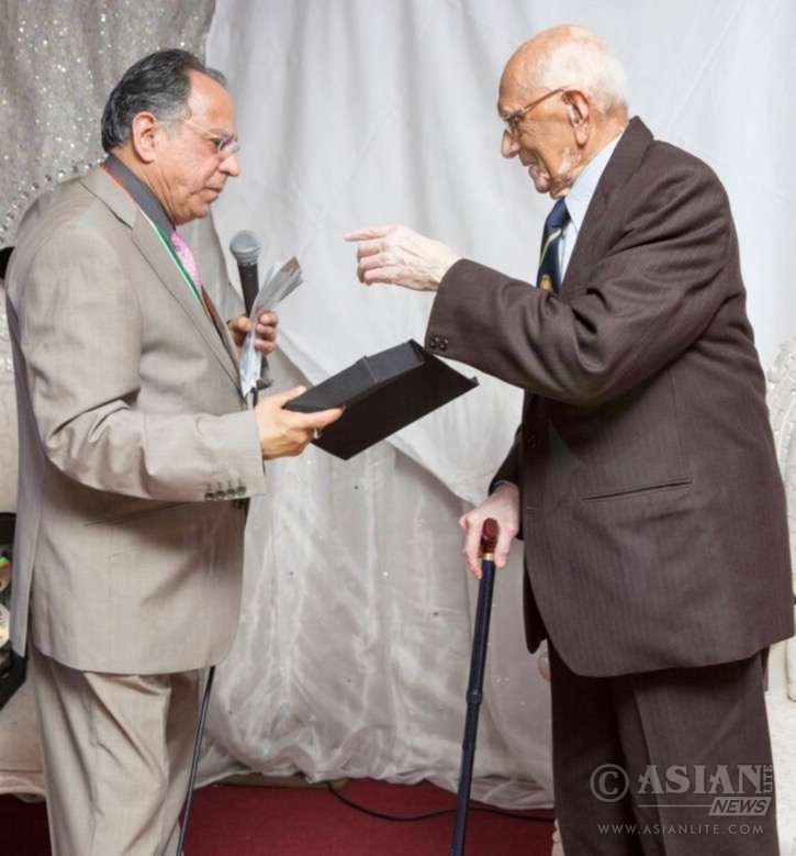"""Mr Niranjan Bhatt, Chairman of the ISCC, presenting a specially engraved plaque, emphasizing Mr Mamtora's motto """"Service to mankind is service to God"""""""