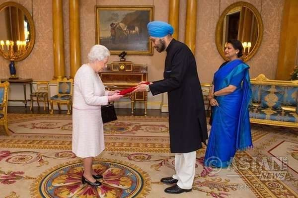 Indian High Commissioner Navtej Singh Sarna presents credentials to the Queen