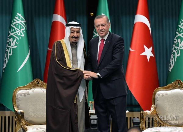 Turkish President Recep Tayyip Erdogan (R) shakes hands with visiting King of Saudi Arabia Salman bin Abdulaziz al Saud in the presidential palace in Ankara, Turkey, April 12, 2016. The King of Saudi Arabia Salman bin Abdulaziz al Saud is paying an official visit to Turkey