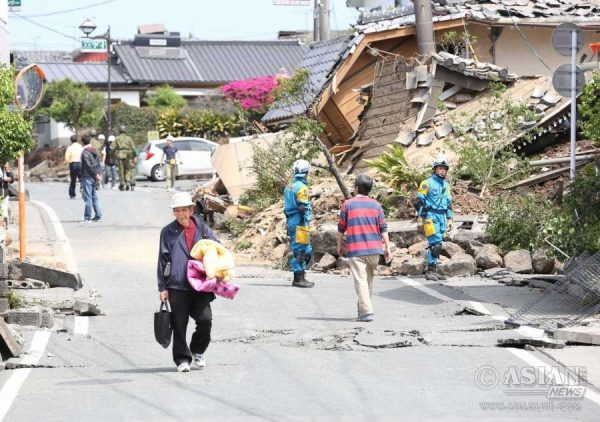 This is the scene after the earthquake in Japan, Kumamoto Prefecture mashiki. According to Japanese media reports, at least 15 people were killed and 760 injured as a powerful earthquake measuring 7.3 on the Richter Scale hit Japan`s Kumamoto prefecture