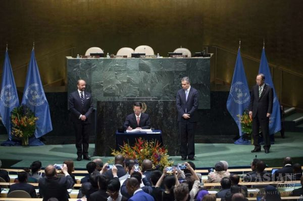 Zhang Gaoli, Chinese vice premier and special envoy of President Xi Jinping, signs the Paris Agreement on climate change as he attends the High-Level Event for the Signature of the Paris Agreement at the United Nations headquarters in New York