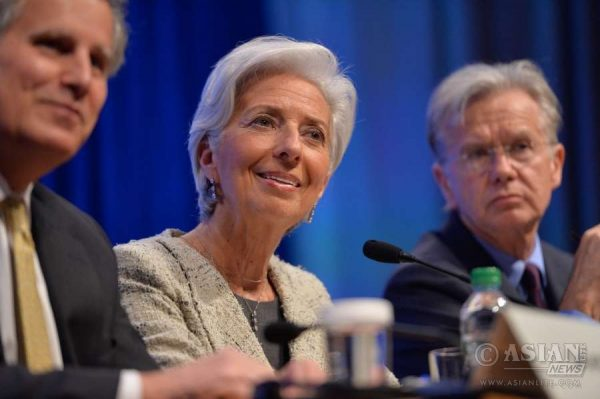 nternational Monetary Fund (IMF) Managing Director Christine Lagarde (C) attends a press conference during the IMF-World Bank 2016 Spring Meetings in Washington D.C., capital of the United States