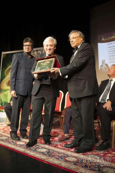 Speaker John Bercow along with Asian Lite Editor Azeez Anasudhin presenting the Pranam Memento to Mihir Bose