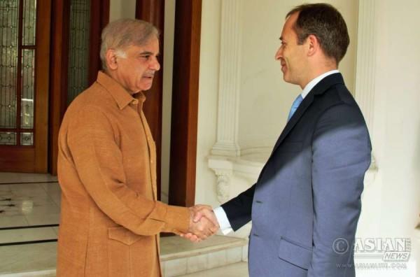 British High Commissioner, Mr. Thomas Drew CMG, with Chief Minister of Punjab, Mian Shehbaz Sharif.