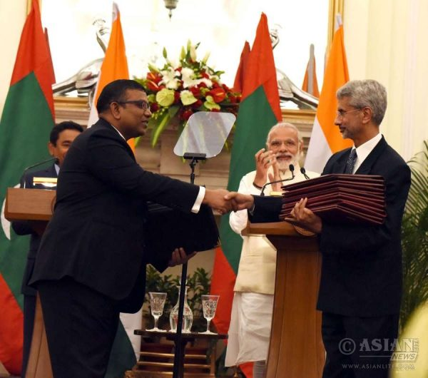 Modi and the President of the Republic of Maldives, Mr. Abdulla Yameen Abdul Gayoom witnessing the exchange of agreements, in New Delhi