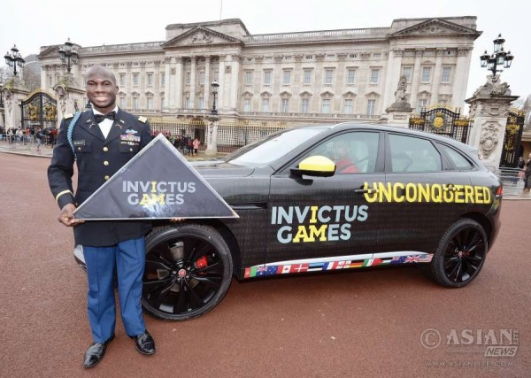 US Team Captain Will Reynolds at Buckingham Palace with the Invictus Games flag_5