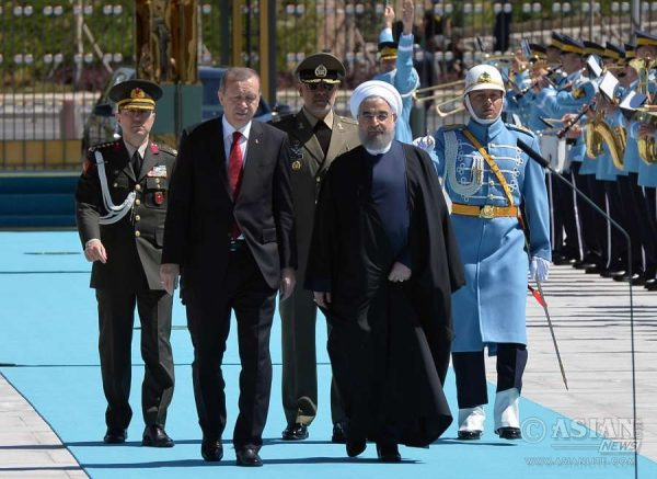 Turkish President Recep Tayyip Erdogan (L,front) welcomes visiting Iranian President Hassan Rouhani during a ceremony at the Presidential Palace in Ankara, Turkey,