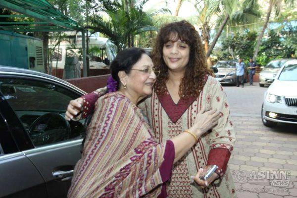 Veteran actor Tabassum and singer Penaz Masani arrive for late music composer Ravindra Jain in Mumbai on Oct 14, 2015. (Photo: IANS)