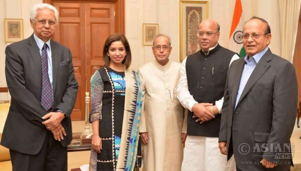 Minister of Health & Family Welfare of Bangladesh, Mr. Mohammed Nasim and the Minister of Environment & Forests of Bangladesh, Mr. Anwar Hossain Manju along with others Bangladesh officials calling on the President, Shri Pranab Mukherjee, at Rashtrapati Bhavan
