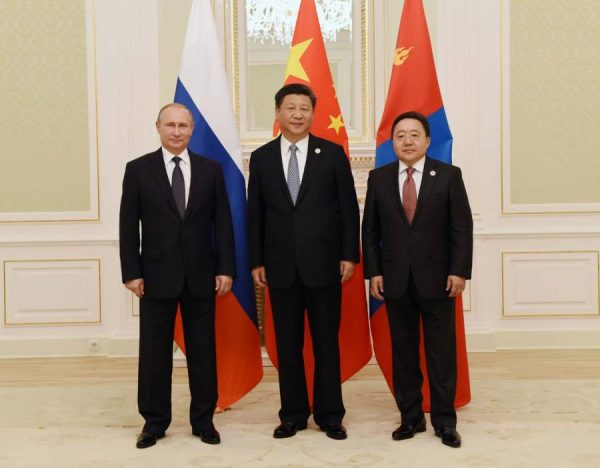 Chinese President Xi Jinping (C), Russian President Vladimir Putin (L) and Mongolian President Tsakhiagiin Elbegdorj (R) attend the third trilateral leaders' meeting of the three countries in Tashkent, Uzbekistan