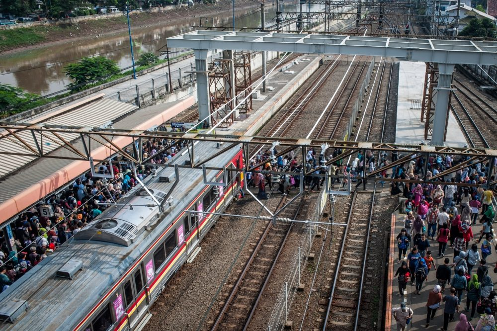 JAKARTA, July 19, 2016 (Xinhua) -- Commuters crowd at Tanah Abang Station in Jakarta, Indonesia, July 19, 2016. Based on the World Bank report published this June, Indonesia is undergoing a historic transformation from a rural to an urban economy. Between 2000 and 2010, the amount of urban land in Indonesia increased from about 8,900 square kilometers to 10,000 square kilometers. However, the high population density further burdens the existing infrastructure and the amount of new urban land added per new resident is less than 40 square meters. (Xinhua/Veri Sanovri/IANS)