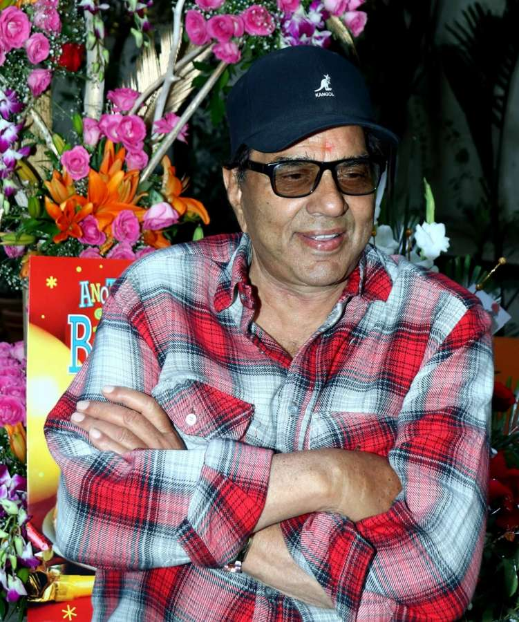Mumbai: Actor Dharmendra celebrates his 81st birthday at his residence, in Mumbai, on Dec 8, 2016. (Photo: IANS)