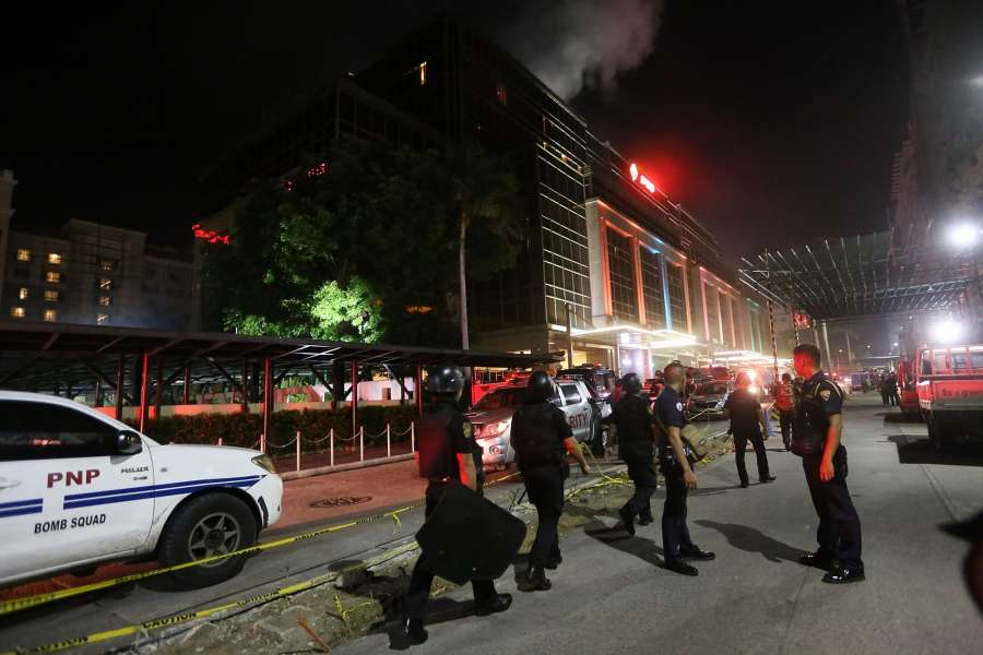 PASAY CITY (THE PHILIPPINES), June 2, 2017 (Xinhua) -- Police officers secure the surroundings of Resorts World Manila after an attack in Pasay City, the Philippines, on June 2, 2017. Unidentified gunmen attacked Resorts World Manila in Pasay City around early hours of Friday, causing injuries among the hotel and casino guests who scampered after the shooting. (Xinhua/Stringer/IANS) by .