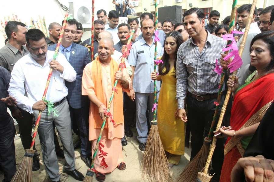 Lucknow: Uttar Pradesh Chief Minister Yogi Adityanath along with actors Akshay Kumar and Bhoomi Pedenkar during a