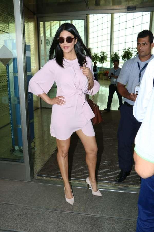 Mumbai: Actress Shruti Haasan spotted at Chhatrapati Shivaji Maharaj International airport in Mumbai.(Photo: IANS) by .