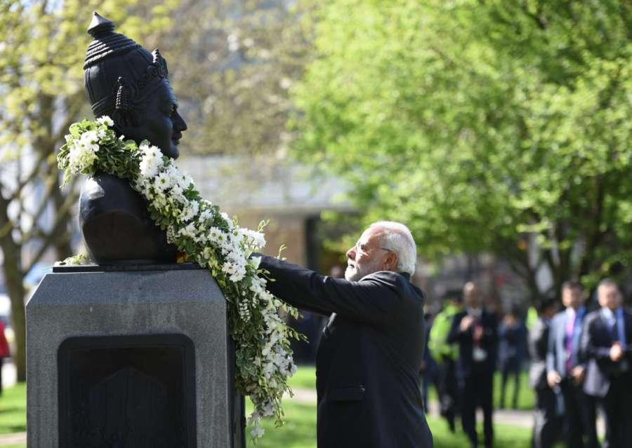 London: Prime Minister Narendra Modi pays tributes at the Basaveshwara statue, in London on April 18, 2018. (Photo: IANS/PIB) by .