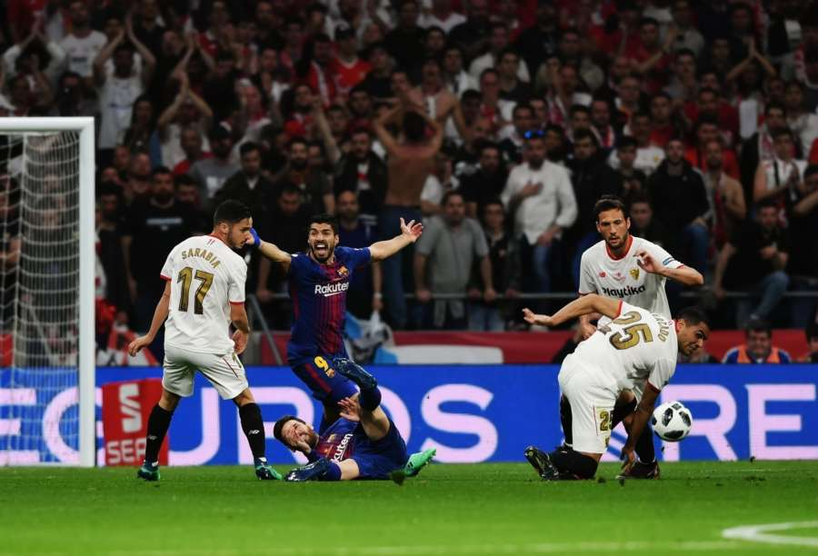 MADRID, April 22, 2018 (Xinhua) -- FC Barcelona's Luis Suarez (2nd L) complains a foul to the referee after Lionel Messi (Bottom) falls down during the Spanish King's Cup final match between FC Barcelona and Sevilla in Madrid, Spain, on April 21, 2018. FC Barcelona claimed the title by defeating Sevilla with 5-0. (Xinhua/Guo Qiuda/IANS) by .