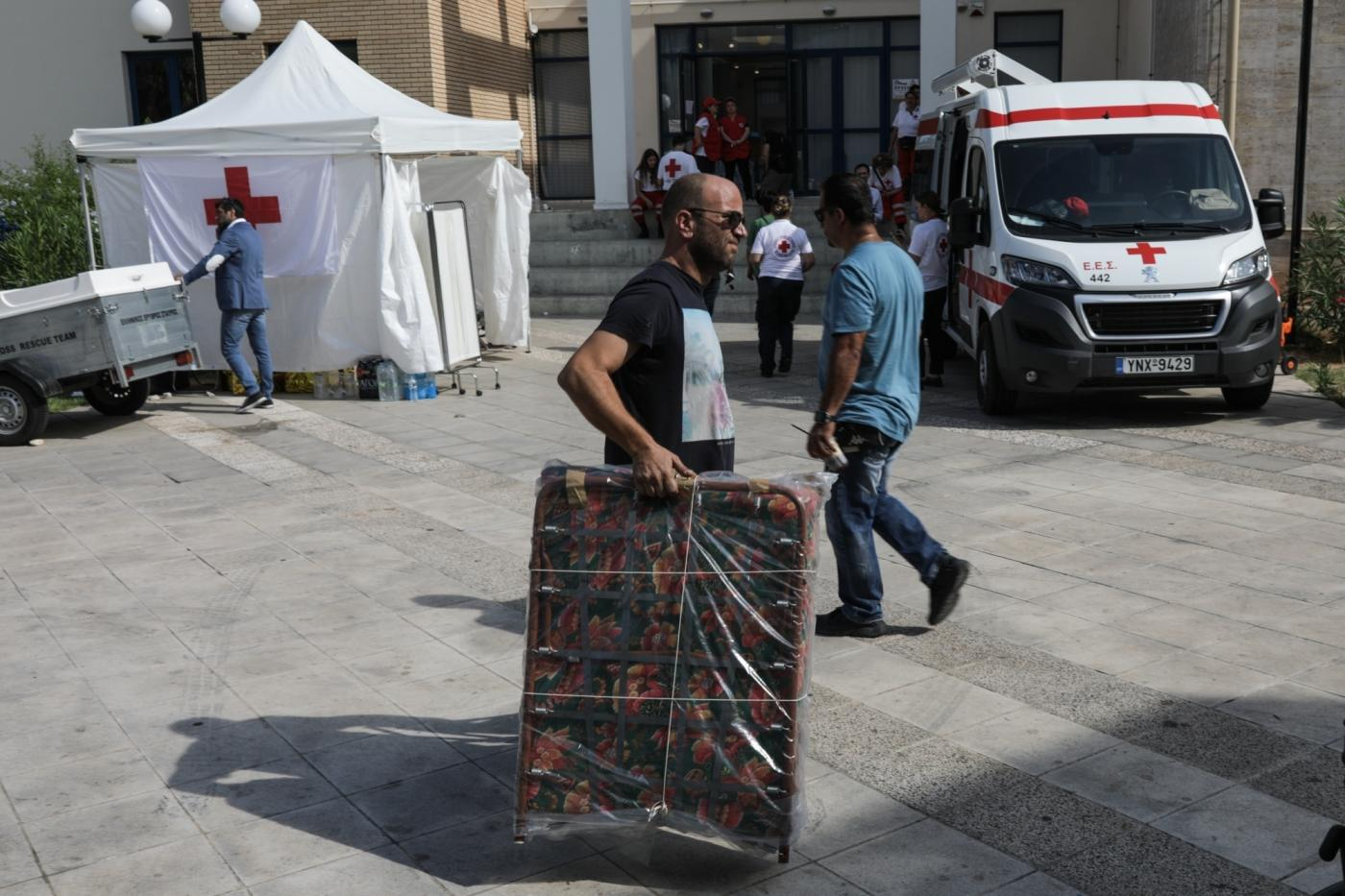 ATHENS, July 26, 2018 (Xinhua) -- A man carries a folding bed for people affected by wildfires to the city hall of Rafina, east of Athens, Greece, on July 26, 2018. As Greece mourned its deadliest tragedy caused by wildfires in over a decade with the toll in the seaside city of Attica rising to 82 on Thursday, volunteers poured in to help heal the wounds. (Xinhua/Lefteris Partsalis/IANS) by .