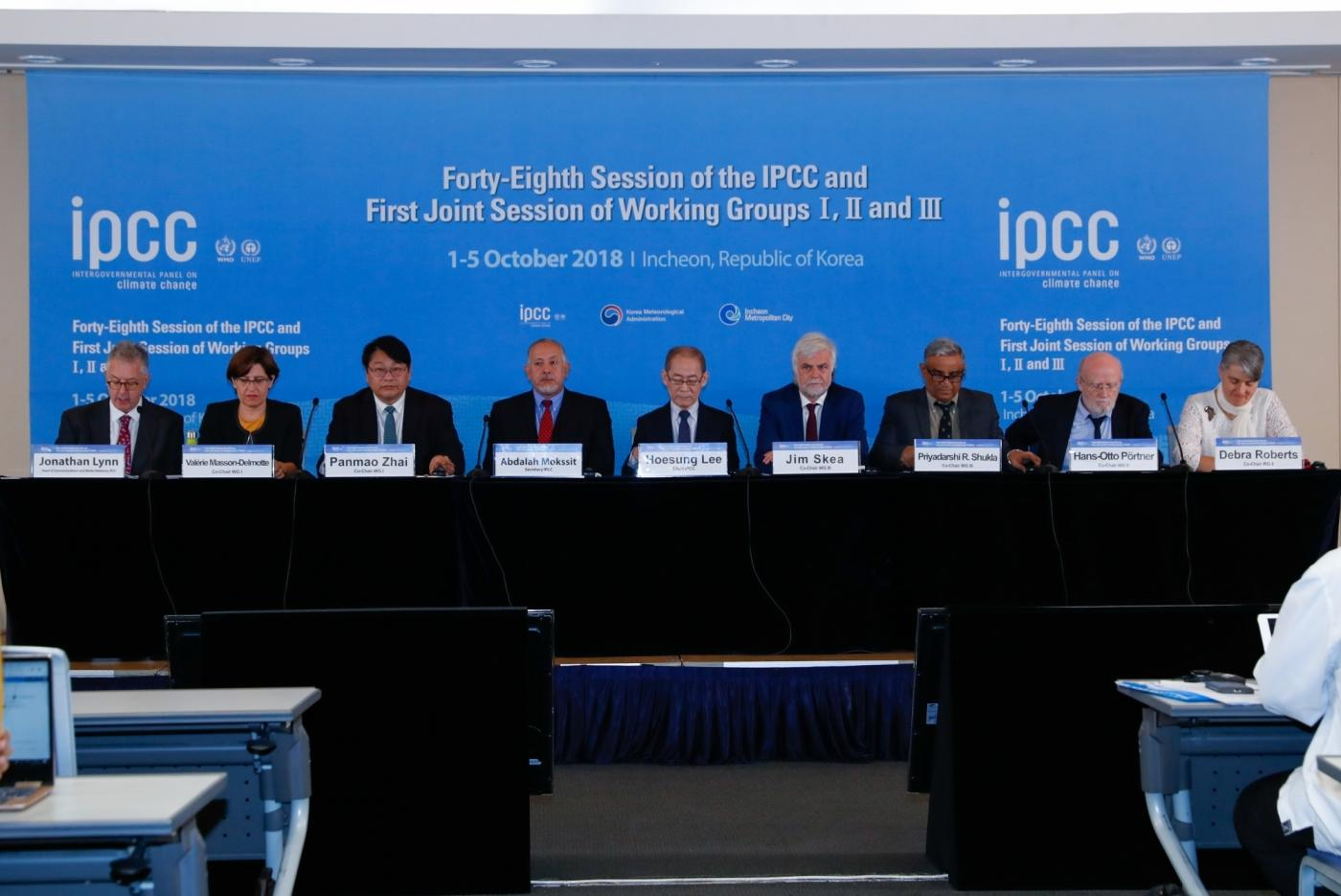 "INCHEON, Oct. 8, 2018 (Xinhua) -- A press conference of the 48th seesion of the Intergovernmental Panel on Climate Change (IPCC) is held in South Korea's western port city of Incheon, Oct. 8, 2018. The IPCC, an international body assessing the science related to climate change, on Monday urged ""rapid and far-reaching"" changes in all aspects of the entire world to fight against global warming after adopting a special report on global warming. (Xinhua/Wang Jingqiang/IANS) by ."