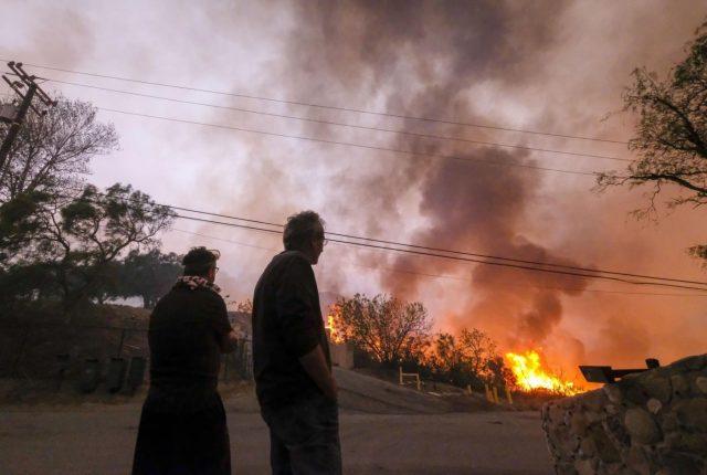 MALIBU, Nov. 10, 2018 (Xinhua) -- People watch wildfire in Malibu, California, the United States, on Nov. 9, 2018. (Xinhua/Zhao Hanrong/IANS) by .