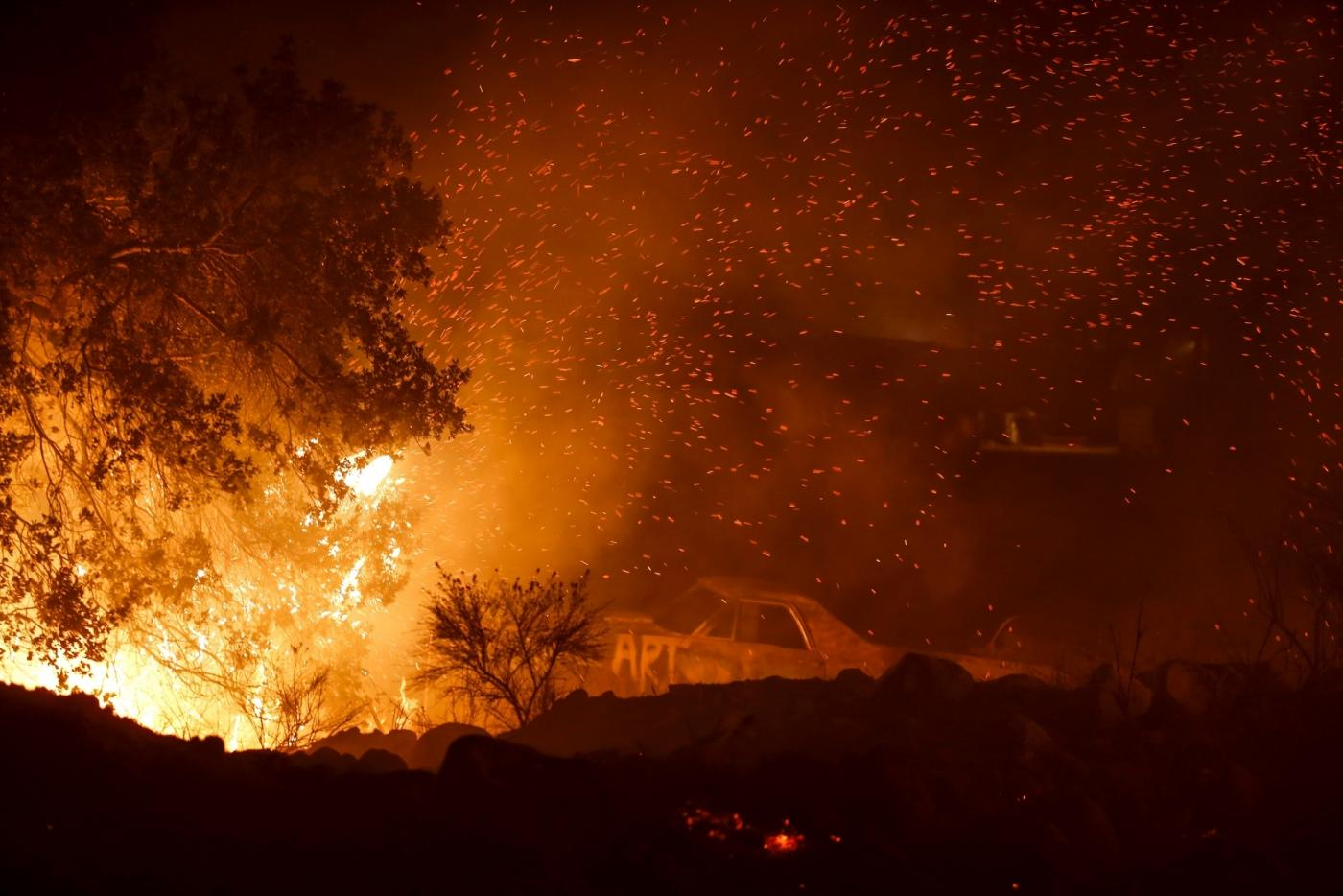 SANTA PAULA (U.S.), Dec. 5, 2017 (Xinhua) -- Photo taken on Dec. 5, 2017 shows a wildfire burning in Santa Paula, Ventura, the United States. Fast moving brush fire exploded to more than 10,000 acres (40 square km) Monday night in Ventura County in the western U.S. state of California, threatening homes in nearby cities and leading to the death of one person. (Xinhua/Zhao Hanrong/IANS) by .