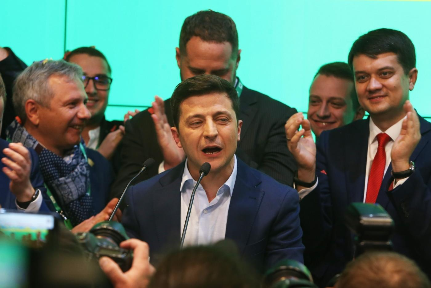 Kiev, April 21, 2019 (Xinhua) -- Ukraine's presidential candidate and actor Volodymyr Zelensky (C) delivers a speech at his campaign headquarters in Kiev, Ukraine, April 21, 2019. Ukrainian actor Volodymyr Zelensky thanked voters for supporting him in the second round of the country's presidential election held on Sunday. Earlier in the day, the national exit poll showed that Zelensky won the country's presidential election by gaining 73.2 percent of the votes in the second round as of 6 p.m. local time (1500 GMT). (Xinhua/Sergey/IANS) by .