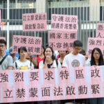 """HONG KONG, Oct. 4, 2019 (Xinhua) -- A civil group petitions for establishing the anti-mask law outside the Hong Kong Special Administrative Region government headquarters in Hong Kong, south China, Oct. 3, 2019. TO GO WITH """"Advocates call for anti-mask law in unrest-hit Hong Kong"""" (Xinhua/Wu Xiaochu/IANS) by Wu Xiaochu."""